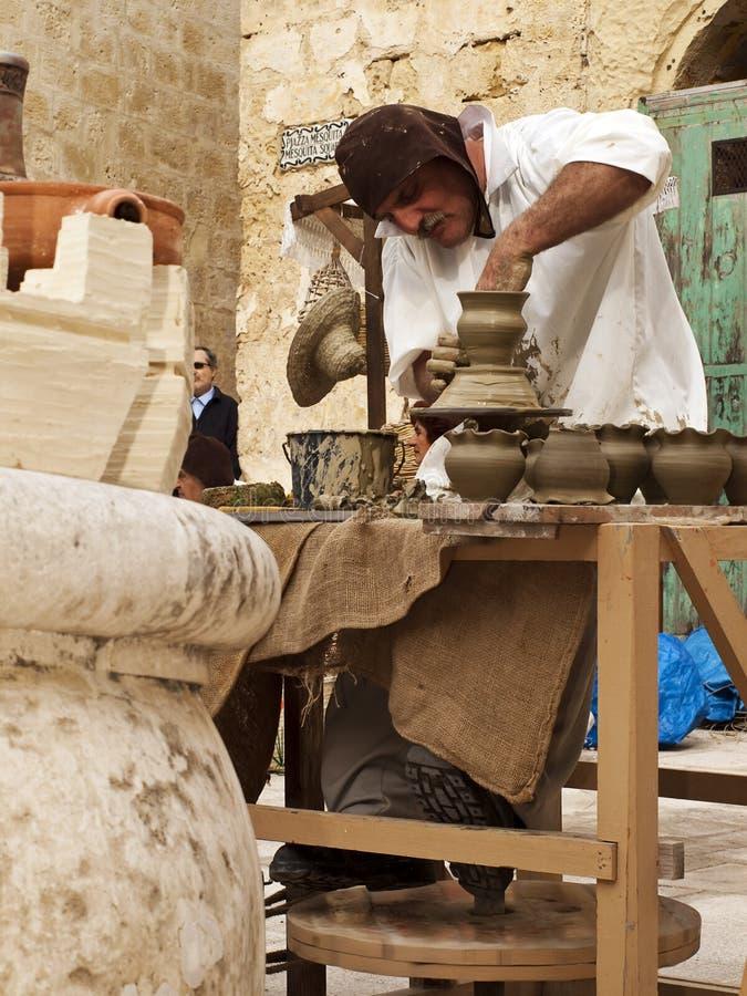 гончарня создателя средневековая стоковое изображение
