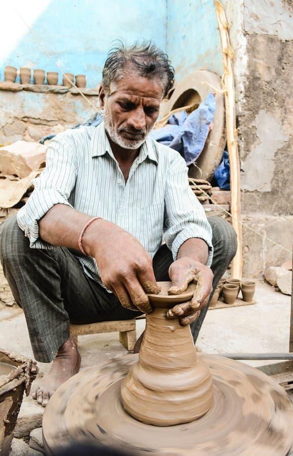 Гончар делая глиняные горшки стоковые изображения rf