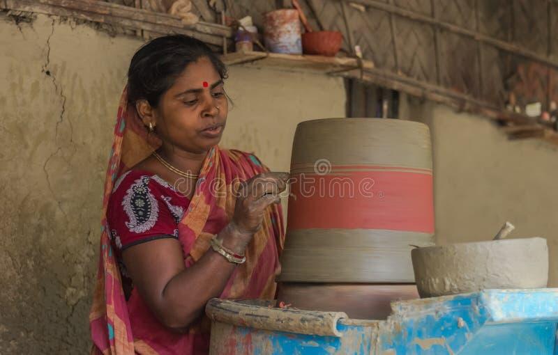 Гончар и ее гончарня в Бангладеше стоковые изображения