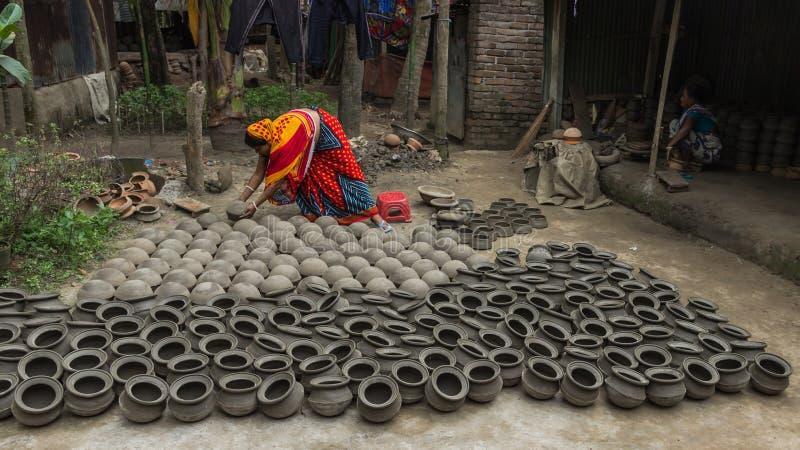 Гончар и ее гончарня в Бангладеше стоковая фотография rf
