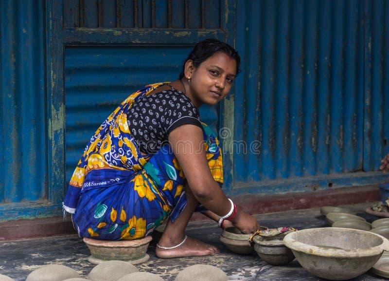 Гончар и ее гончарня в Бангладеше стоковые изображения rf
