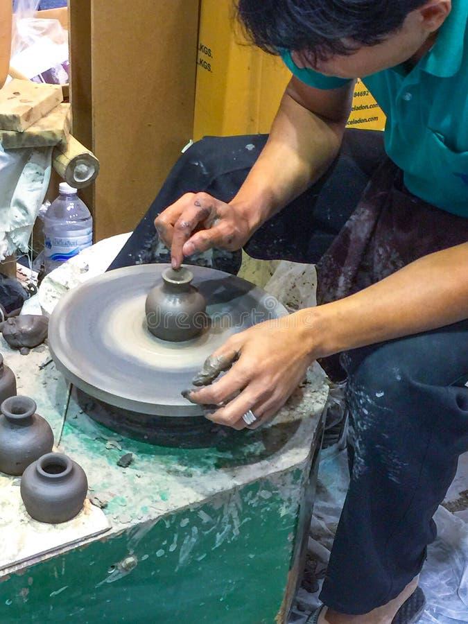 Гончар, место работы человека, искусство и ремесло, гончар делая глиняные горшки стоковое изображение rf