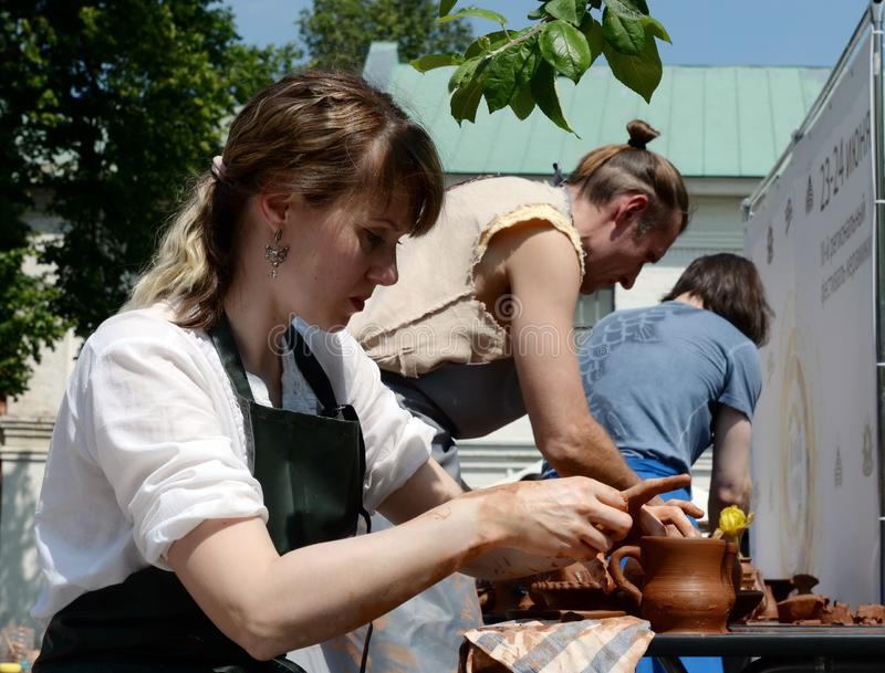 Гончар показывает мастер класс делать гончарню стоковые изображения rf