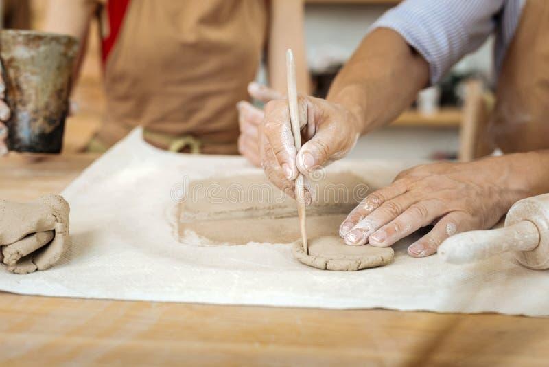 Гончар формируя меньшее агашко объезжает с его руками стоковые фото