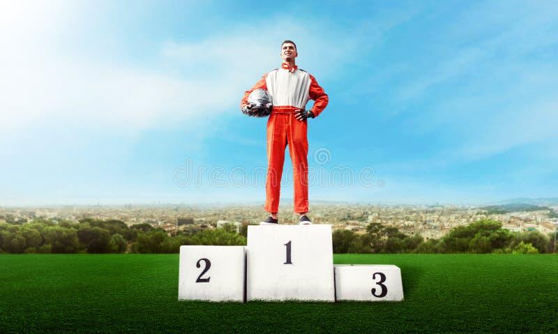 Гонщик Karting на подиуме победителя идет конкуренция kart стоковые фото