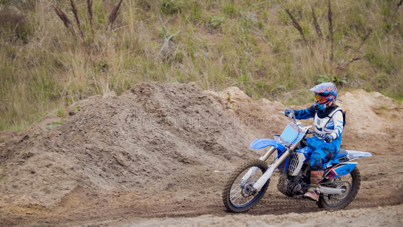Гонщик Motocross на велосипеде грязи на следе спорта стоковые фото