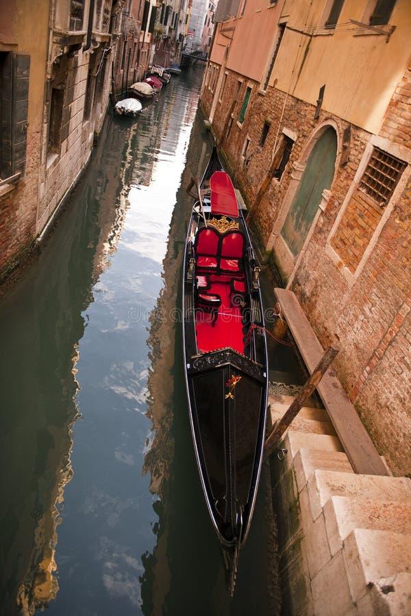 Гондола на канале в городе Венеции стоковые фотографии rf
