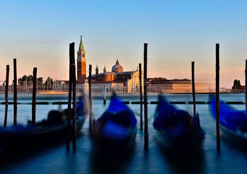 Гондола обозревая остров Giorgio, Италию на заходе солнца стоковая фотография