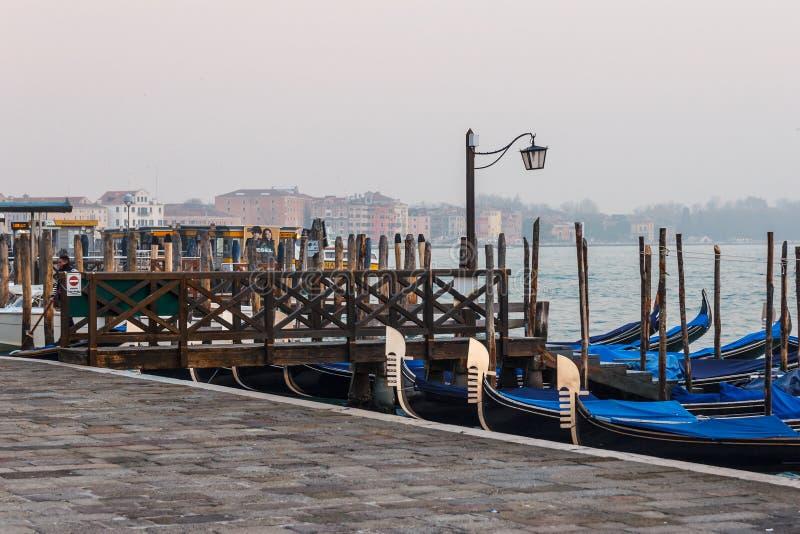 Гондола причаленная на доке в Венеции стоковые фотографии rf