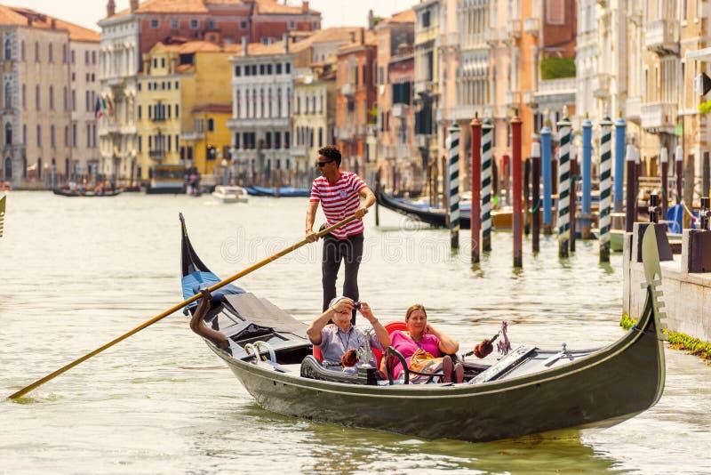 Гондола с туристами на грандиозном канале в Венеции стоковая фотография