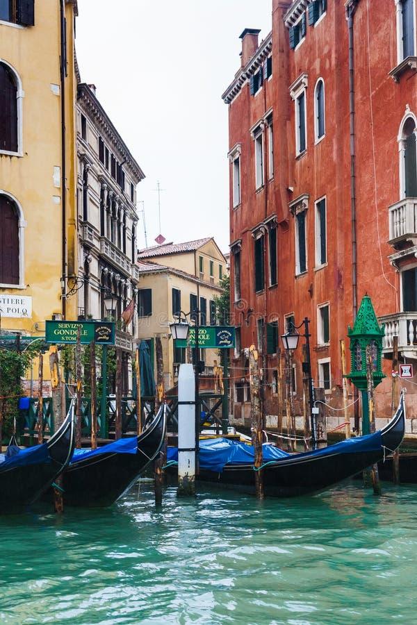 Гондолы обслуживают в Венеции в дожде стоковая фотография rf