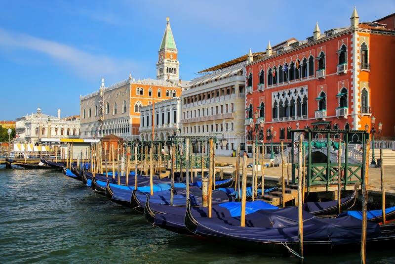 Гондолы причалили около аркады Сан Marco в Венеции, Италии стоковая фотография rf