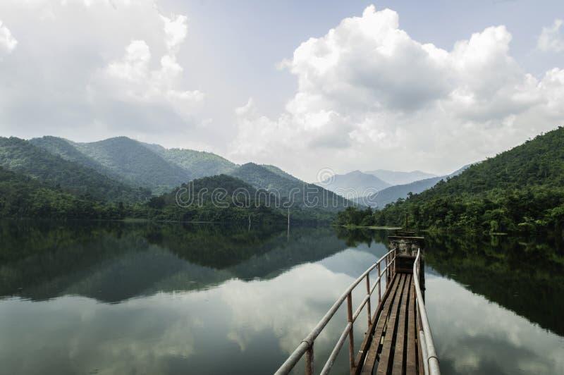 Гора воды ландшафта спасения запруды стоковое фото rf