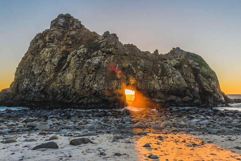 Гора в море в заходе солнца стоковые изображения rf