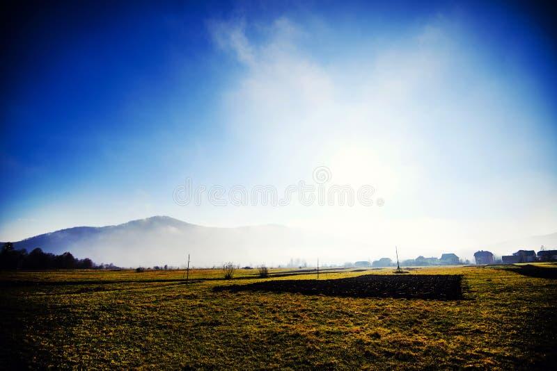 Гора в облаке и тумане Положение прикарпатское, Украина, Европа Исследуйте красоту земли Заход солнца утра облаков стоковое изображение rf