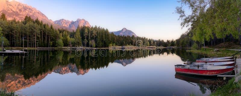 Гора в озере, панораме на пруде fie стоковые фотографии rf
