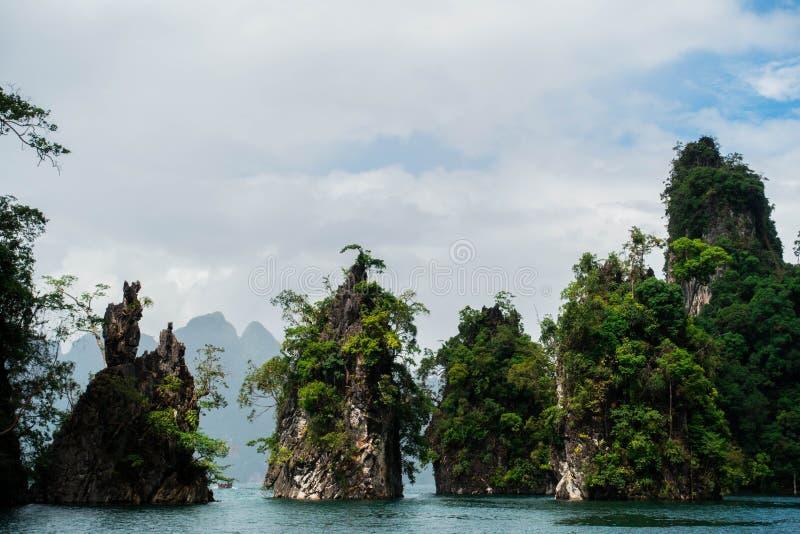 Гора в реке стоковое изображение