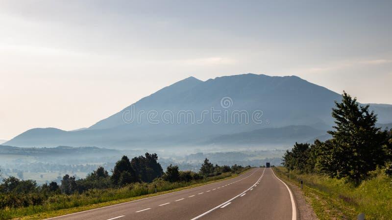 Гора в утре и туман под верхней частью стоковые фотографии rf