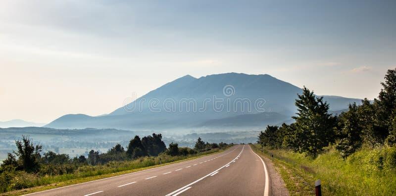 Гора в утре и туман под верхней частью стоковые фото