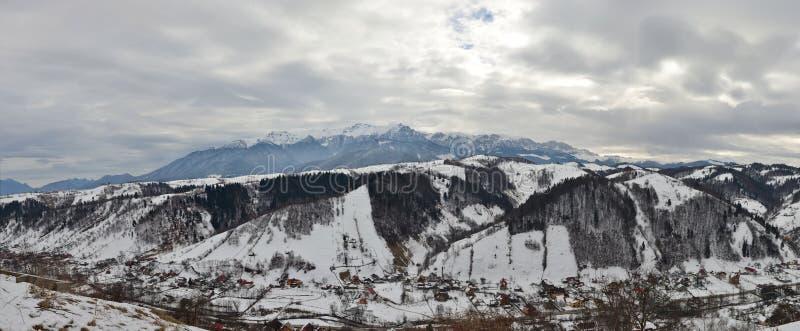 гора дня над бурной зимой села стоковые фотографии rf