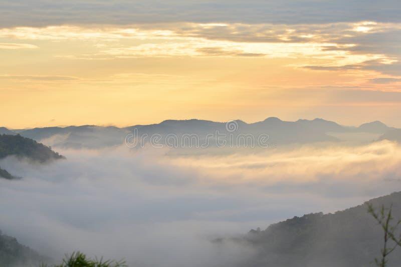 Гора и восход солнца тумана стоковые фотографии rf