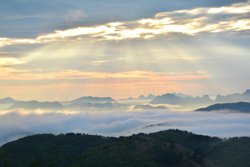 Гора и восход солнца тумана стоковая фотография