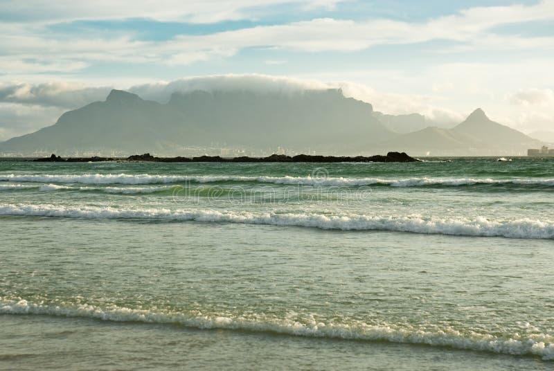 Гора и волны таблицы стоковое фото rf