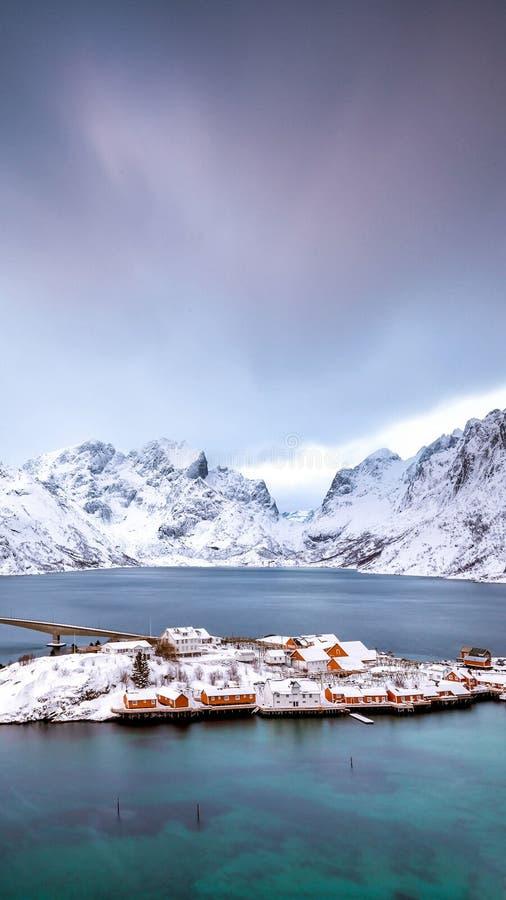 гора и море с снегом стоковое изображение rf