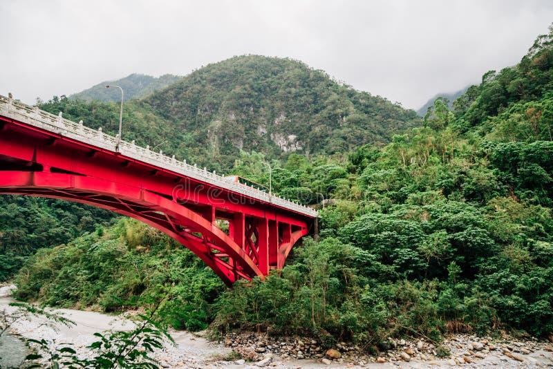 Гора и мост в национальном парке Taroko, Hualian, Тайване стоковое изображение