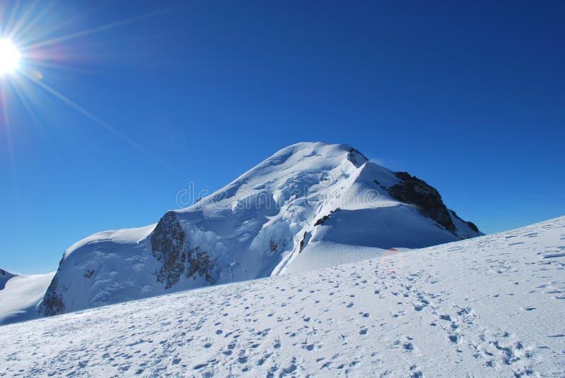 Гора и солнце снега стоковые изображения