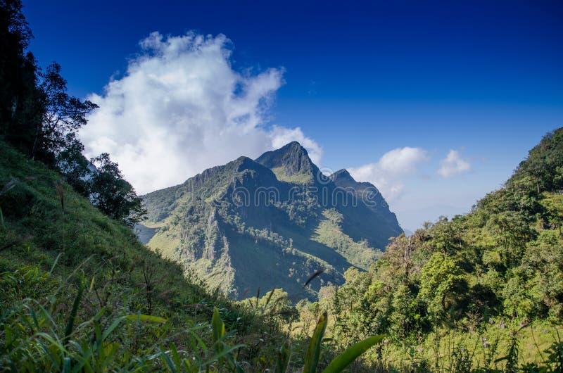 Гора и bluesky стоковая фотография
