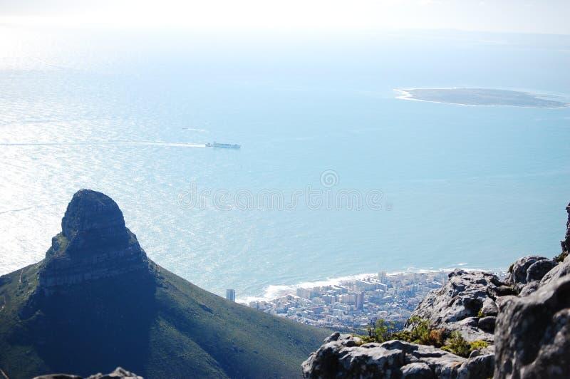 Гора Лион Пик в Кейптауне, Южная Африка с океаном стоковые изображения rf