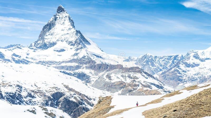Гора Маттерхорна с белым снегом и голубое небо в городе Zermatt в Швейцарии стоковые фотографии rf