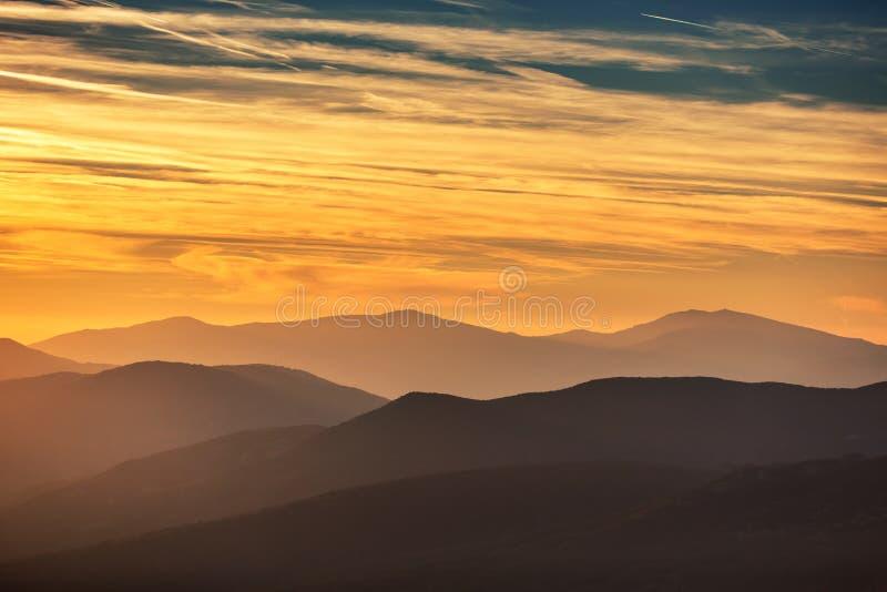 гора над заходом солнца стоковое фото rf