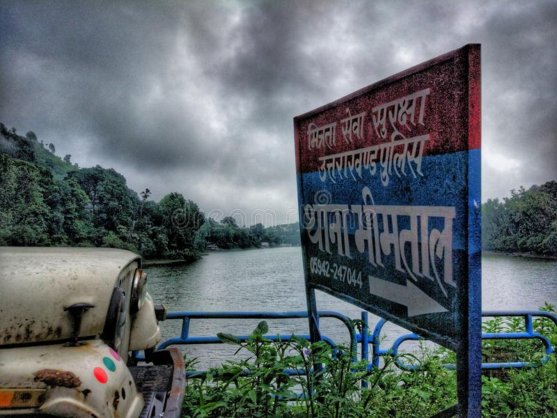 Гора озера и дождливый день стоковое фото rf
