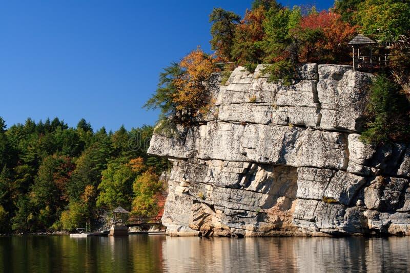 гора озера скал осени стоковое изображение