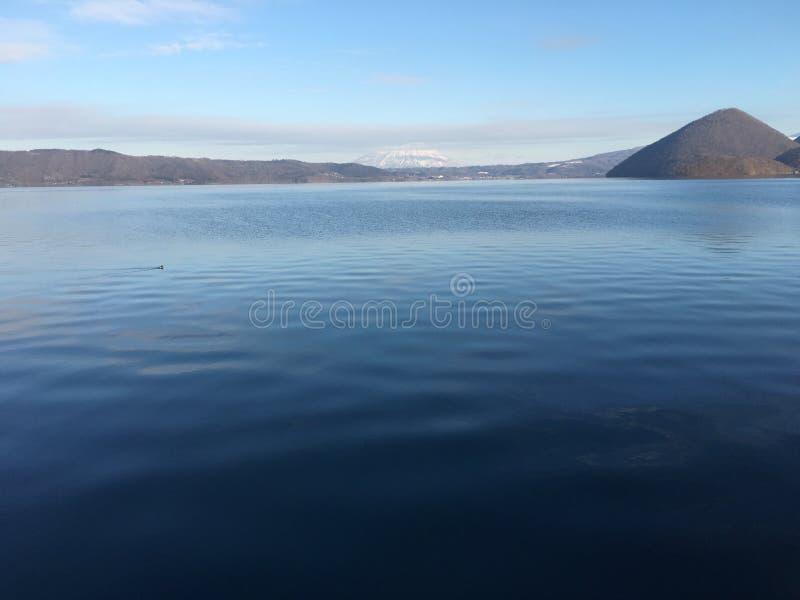 Гора океана взгляда воды озера темносиняя все еще стоковые фото