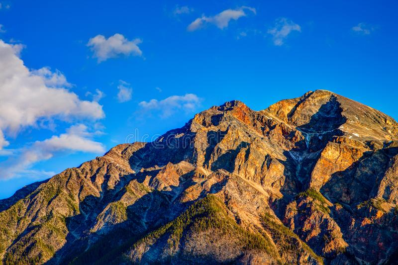 Гора пирамиды в национальном парке яшмы, Альберте, Канаде стоковые фотографии rf