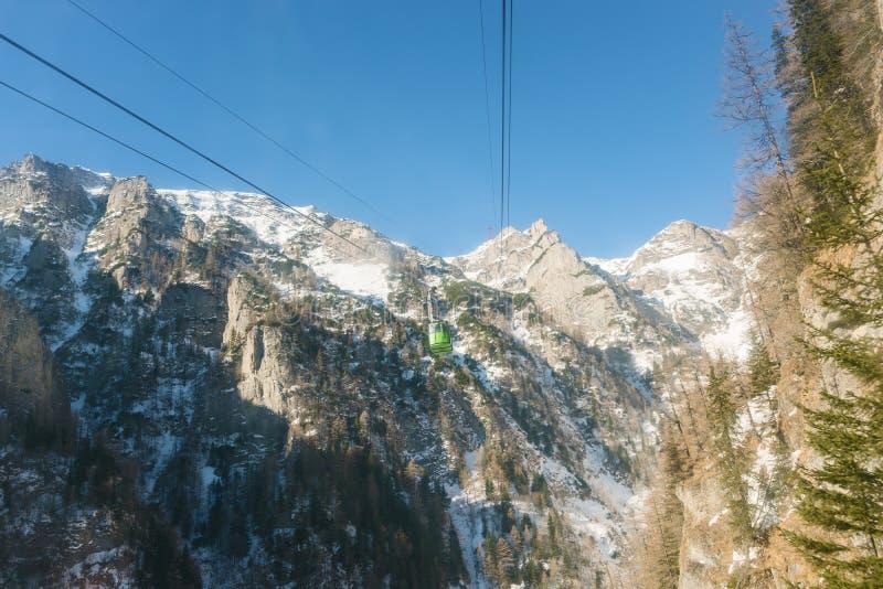 гора подъема ландшафта фуникулера над лыжей стоковая фотография rf