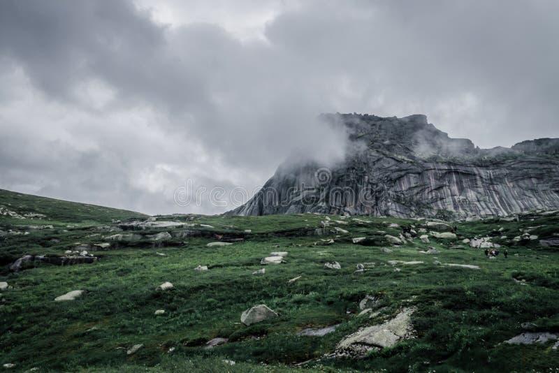 Гора предусматривана в тумане Лежа голова стоковые изображения