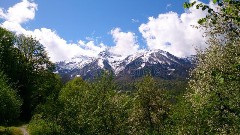 Гора против голубого неба стоковые фото
