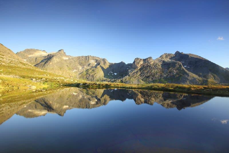 гора северная отраженная Норвегия озера стоковое изображение rf