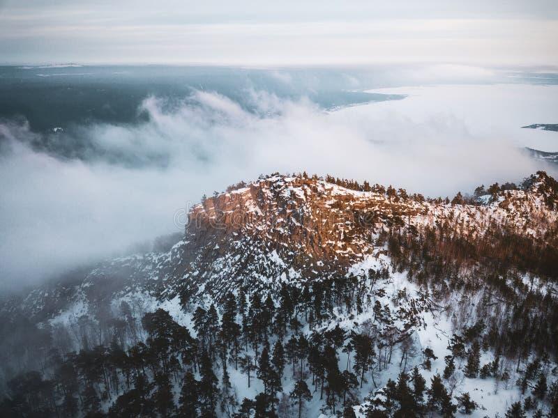 Гора снега в облаках стоковые изображения rf