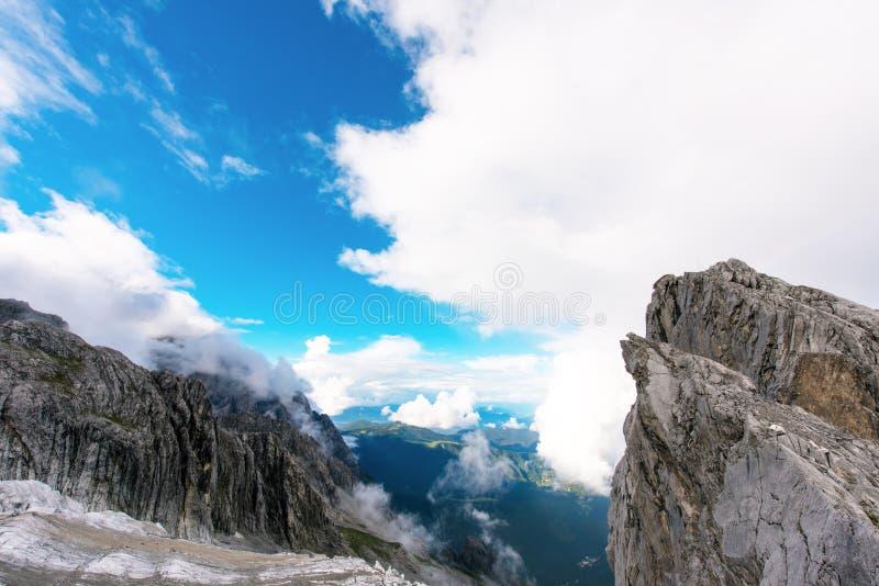 Гора снега дракона нефрита стоковое изображение