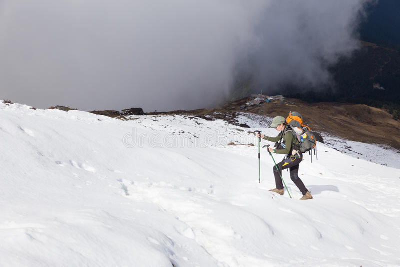 Гора снега женщины Backpacker восходя идя стоковое фото rf