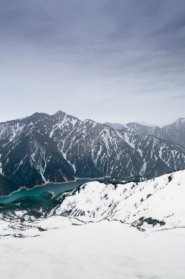 Гора снега и запруда Kurobe озеро в рауте Tateyama Kurobe высокогорном стоковые изображения