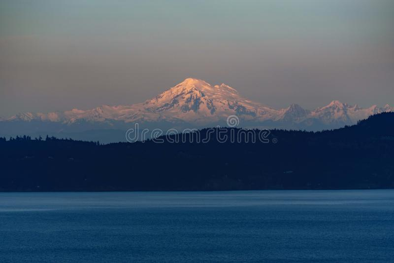 Гора снега и море стоковые фотографии rf