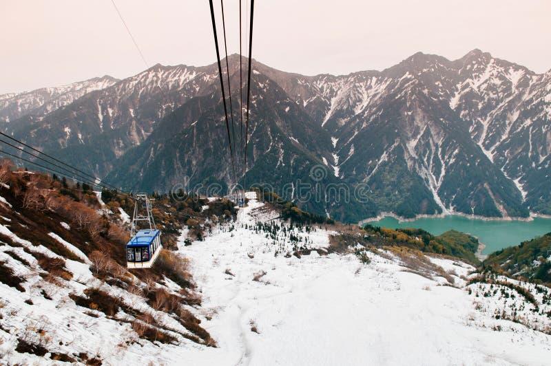 Гора снега и ropeway Tateyama в Ro Tateyama Kurobe высокогорном стоковая фотография