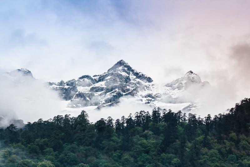 Гора снега облачного неба с туманом стоковые изображения rf