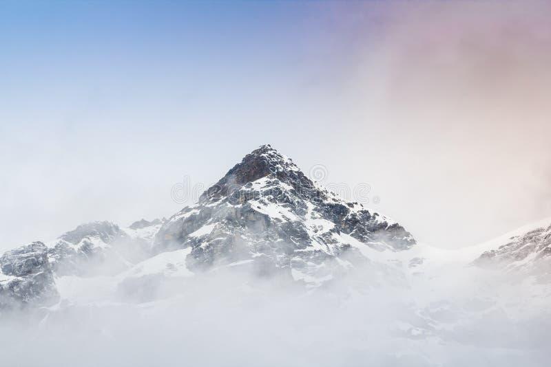 Гора снега с туманом стоковое фото rf